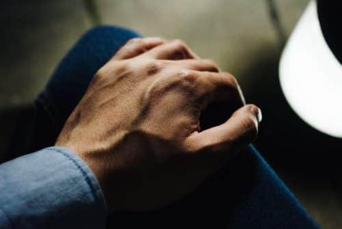 Veines de la main bombées : causes et traitement